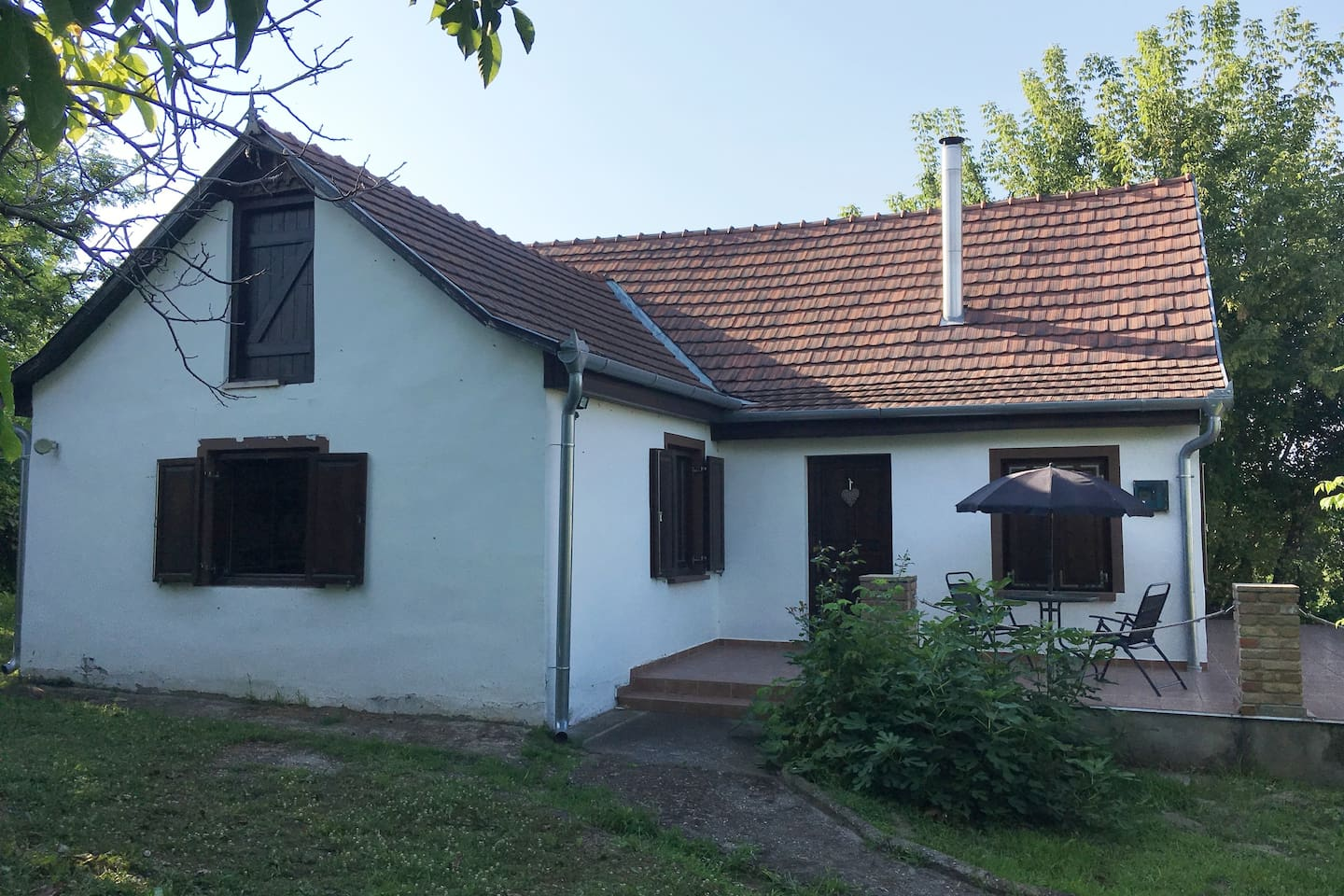 Beautiful restored Hungarian Cottage for relaxing holidays away from the hustle and bustle but only 12km from the bustling town of Siofok and the beautiful beaches of lake Balaton where you can bath in the warm shallow waters during the hot summers and a cosy retreat in the crisp cold winters
