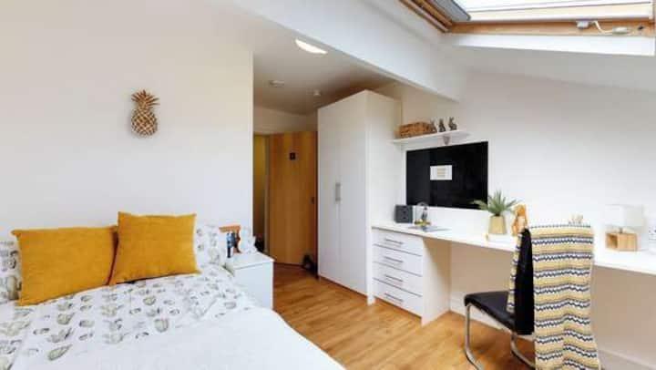 Student Only Property: Trendy Standard En-suite - 12 months/10%OFF