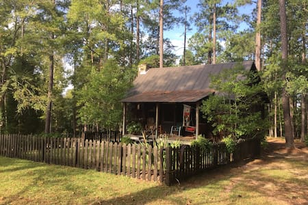 Charming Antique Cottage 2.5 miles from Downtown
