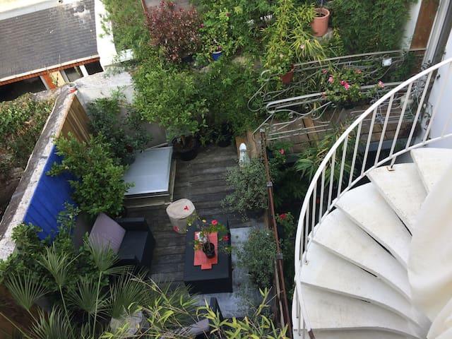 Vue de la cuisine sur la cour intérieure (La terrasse appartient à l'appartement du dessous, vous n'y aurez pas accès).