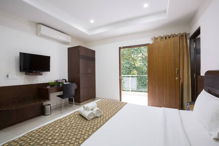 Clean & Airy Room with Balcony @ Sanctum RMV
