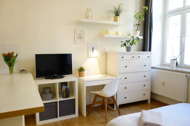 Schreibtisch mit kabelloser Handy-Ladestation