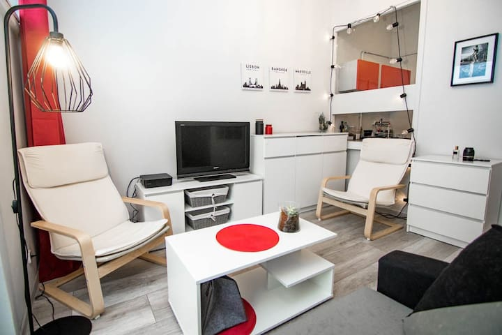 High ceiling red apartment in the center