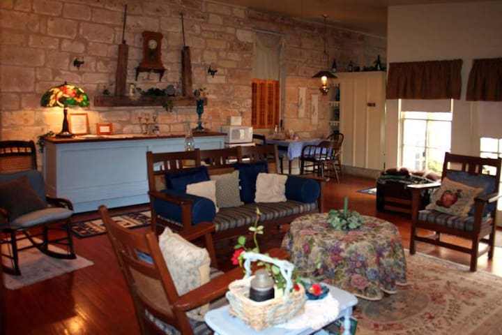 Historic Hotopp House - Fireplace Suite - Fredericksburg - Appartement