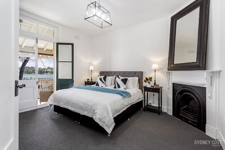 Sydney CBD - Beautiful Apartment w/ Harbour Views