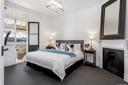 Sydney CBD - Beautiful Apartment w/ Harbour Views