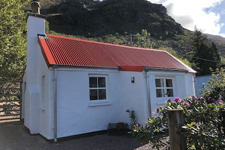 Traditional Highland Seaside Cottage in Torridon