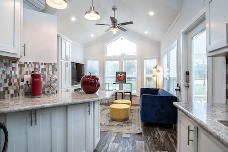Chic Tiny house of Snow White Willis/Conroe Texas