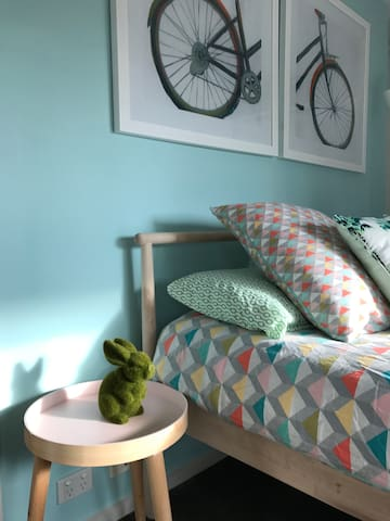 Chic master bedroom in modern watson townhouse for Planimetrie addizionali della master suite