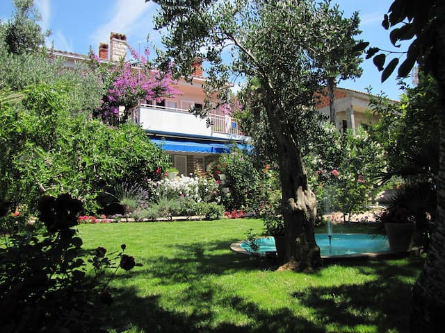 Rooms Mirjana, beautiful garden, near city center - Novalja - Rumah
