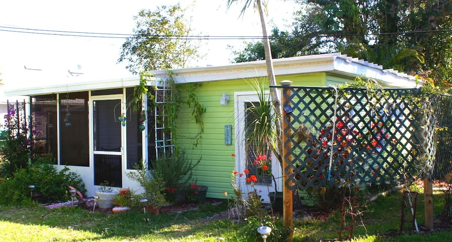 Susie's Old Florida Cottage - Bokeelia - Bungalow