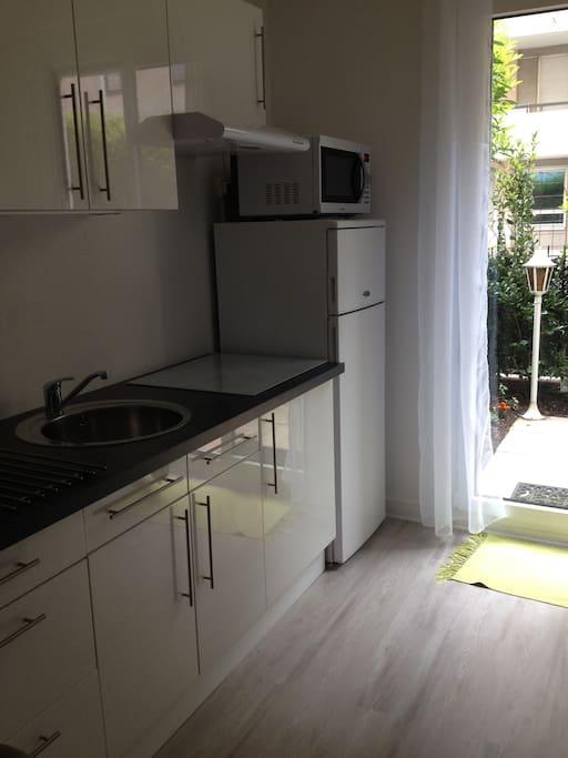 l'espace pour cuisiner équipé: cafetière, presse fruits électrique, four multi-fonctions, réfrigérateur, congélateur, plaques de cuisson à inuction, bouilloire, grille-pain...