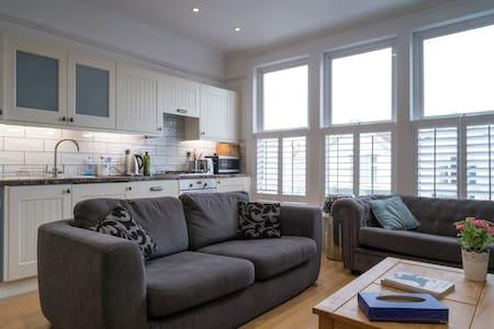 Newly refurbished, stylish, urban 3 BR apartment