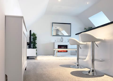 Bright and modern, stylish apartment (just off M1)