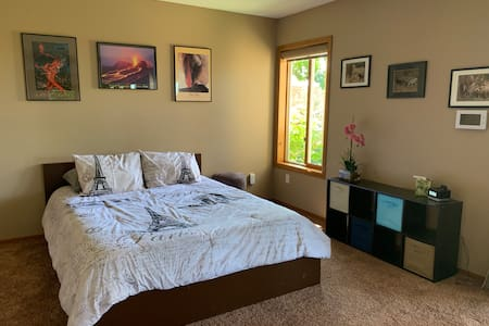 Charming Quiet, Comfortable and Clean Studio