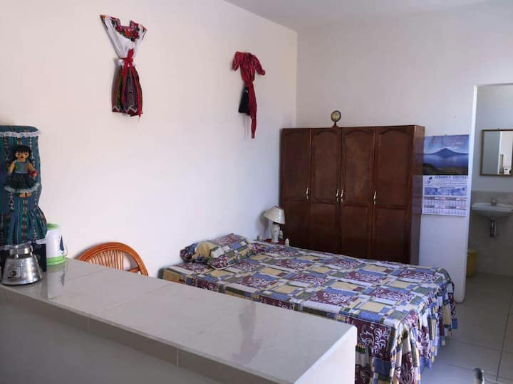 En el centro, cuarto para 4 personas. 2 camas.