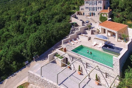 Amazing 5 bedrooms villa with swimming pool - 17th century - fully decorated