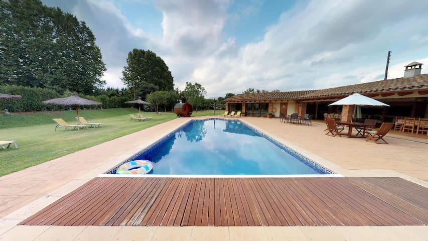 ELS CIRERERS-COTTAGE NEAR BARCELONA & HEATED POOL