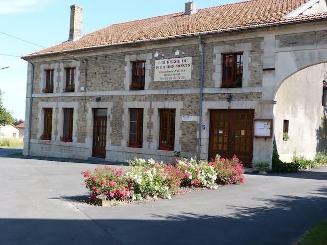 """Chambre d'hôtes """"AUBERGE DU PIED DES MONTS"""""""