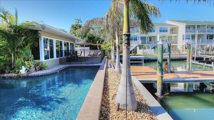 BahiaVista: Enjoy Sunshine and Siestas in Relaxing Waterfront Home with Pool