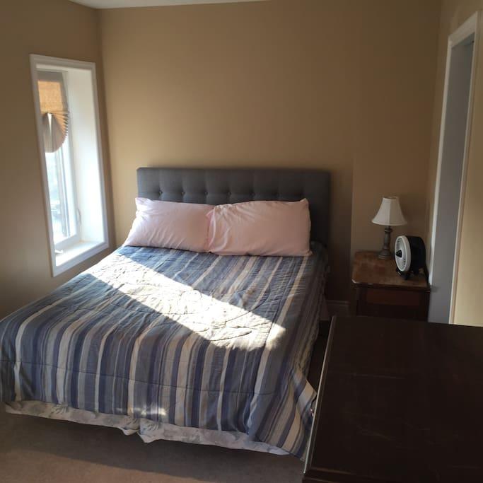 Master bedroom queen bed, comfortable mattress, 3 large windows