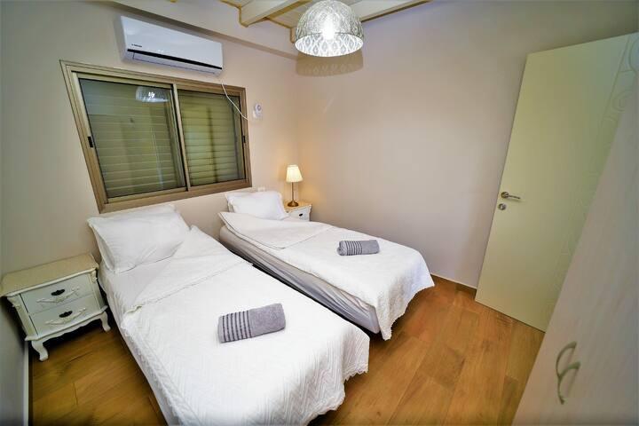 חדר שינה זוגי (מיטות מתחברות אורטופדיות ומתכווננות)