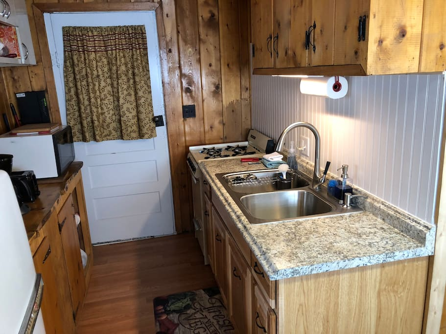 New large sink and countertop (2018)