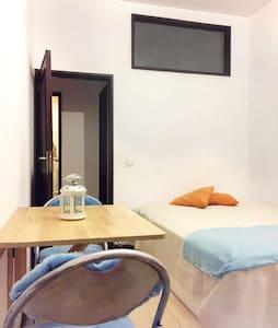 MODERN BEDROOM WITH COURTYARD ON PORTO DOWNTOWN - Porto - Apartment