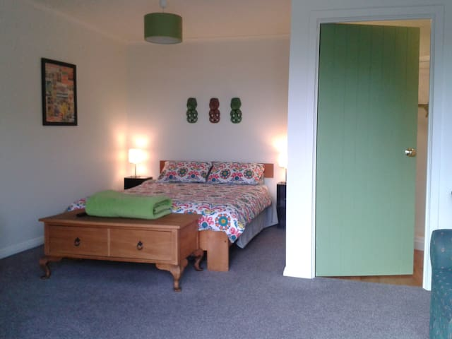Welcoming sunny room, own ensuite and entrance