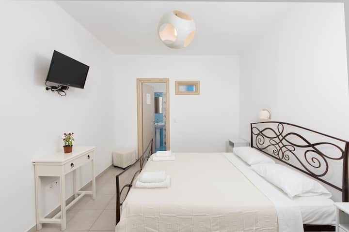 Depis economy double private room Naxos town