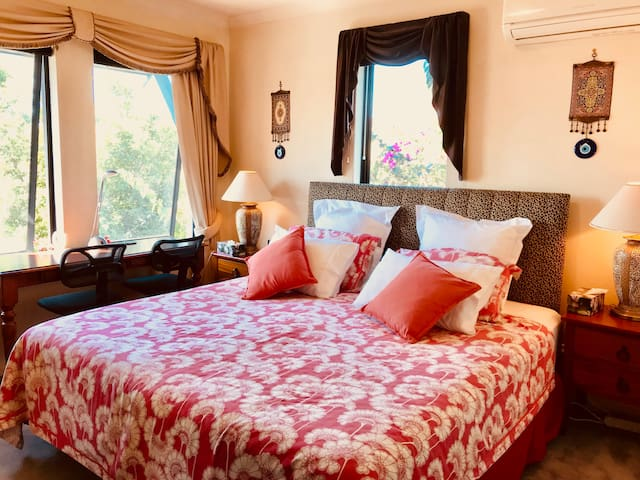 Sunny Airy Master Room Hidden Gem 2 minutes to CBD