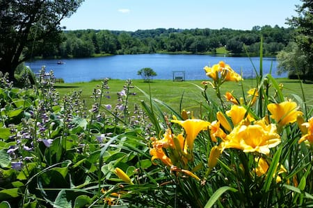 125 Acres w/15 acre Private Lake - Sleeps  12-14 - Honesdale