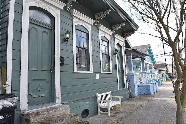 Artsy Treme Guesthouse (Red Zen Room)