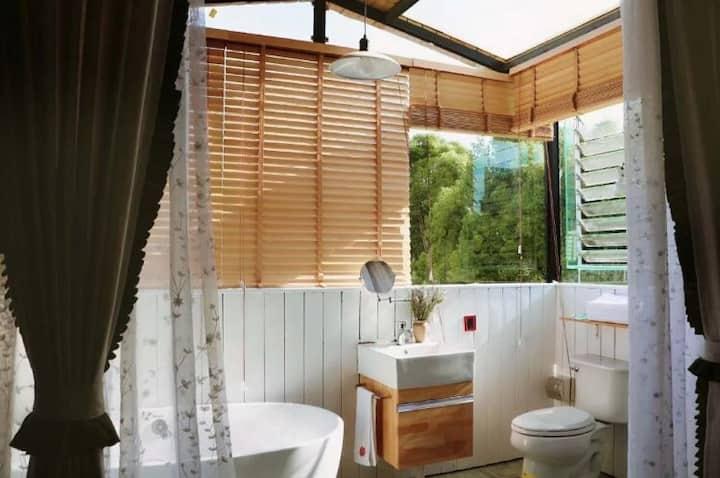 花园别墅的星空浴缸大床 飘窗花园景双床 万达、昆明火车站附近