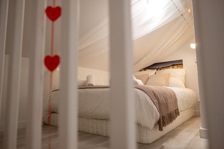 Décorée avec soin, la suite parentale dispose d'une literie confortable de qualité hôtelière.