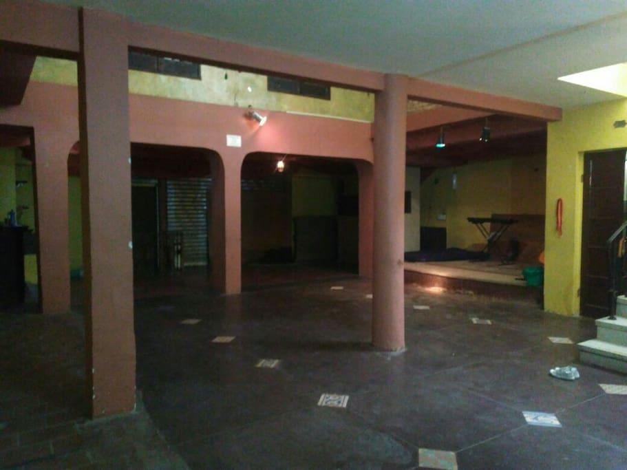 Amplo salão com palco e mesanino