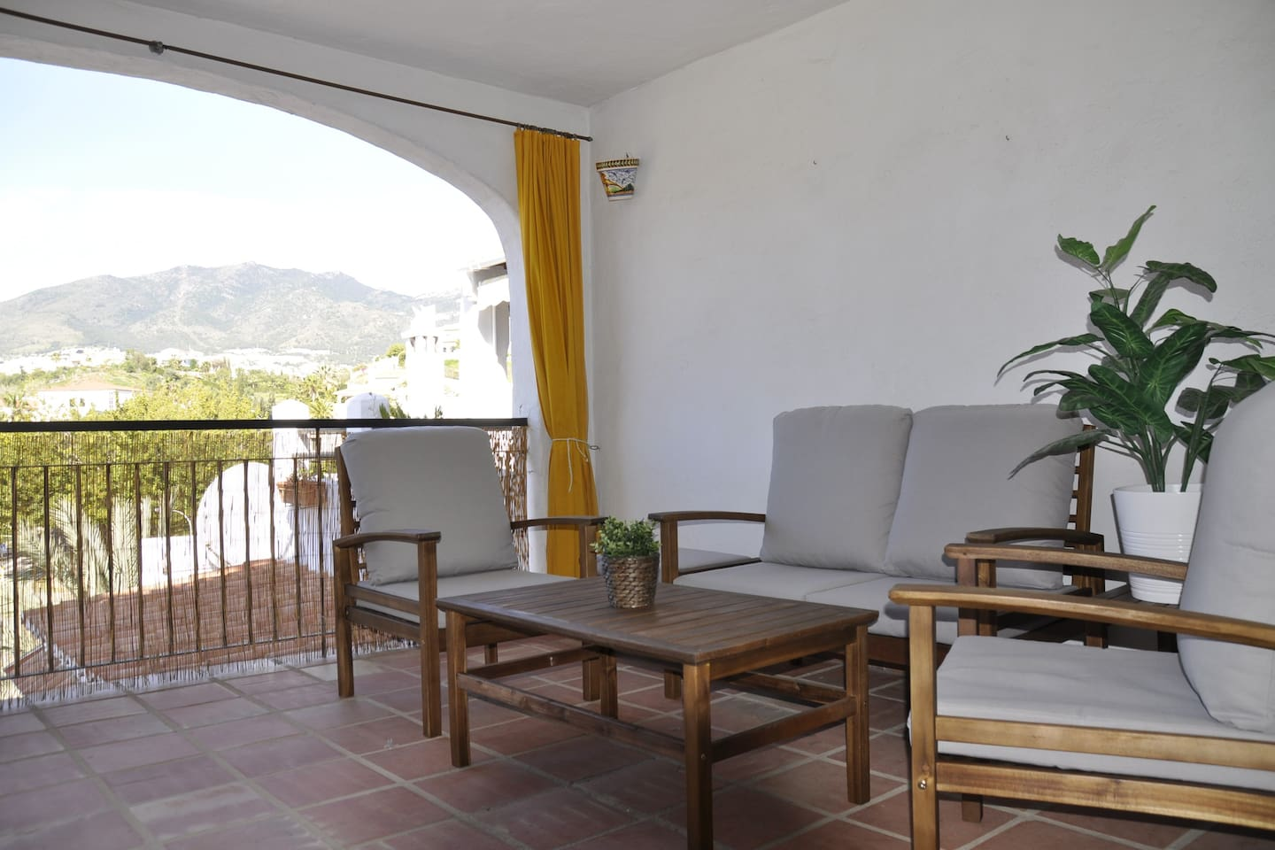 Nice apartment close to the beach (500mts) one bedroom with doble bed and one sofa bed in the living room  3 swimming pools , one of them is indoor , the other 2 with bars, near of supermarket , restaurants , pubs and public transport to go to malaga , Fuengirola etc ... and excellents views.