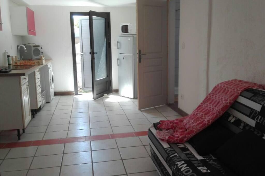 La pièce de vie principale accueille la cuisine et le salon, elle mesure 19 m2. Elle possède un BZ confortable qui double la capacité d'accueil
