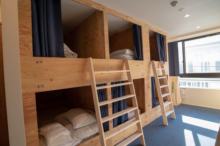 各ベッドにはマットレスを使用しています。 読書灯・コンセント(四つ)・wifi・ロッカーも設置されています。 (南京錠は別料金で販売しています。) スーツケースなどの大きなお荷物は部屋の中に置くことができます。