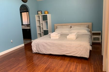 Comfort & Spacious Private BR. 15 mins to Strips