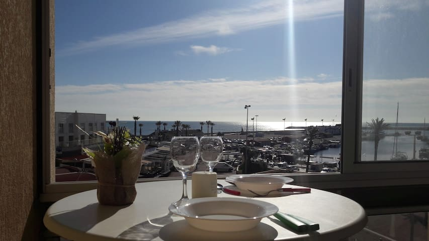 Agréable studio avec vue sur port et mer