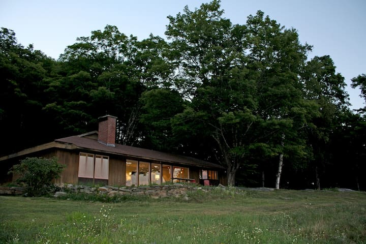 Midcentury Hillside Retreat - Hiking, Biking, Fun - Cavendish - 一軒家