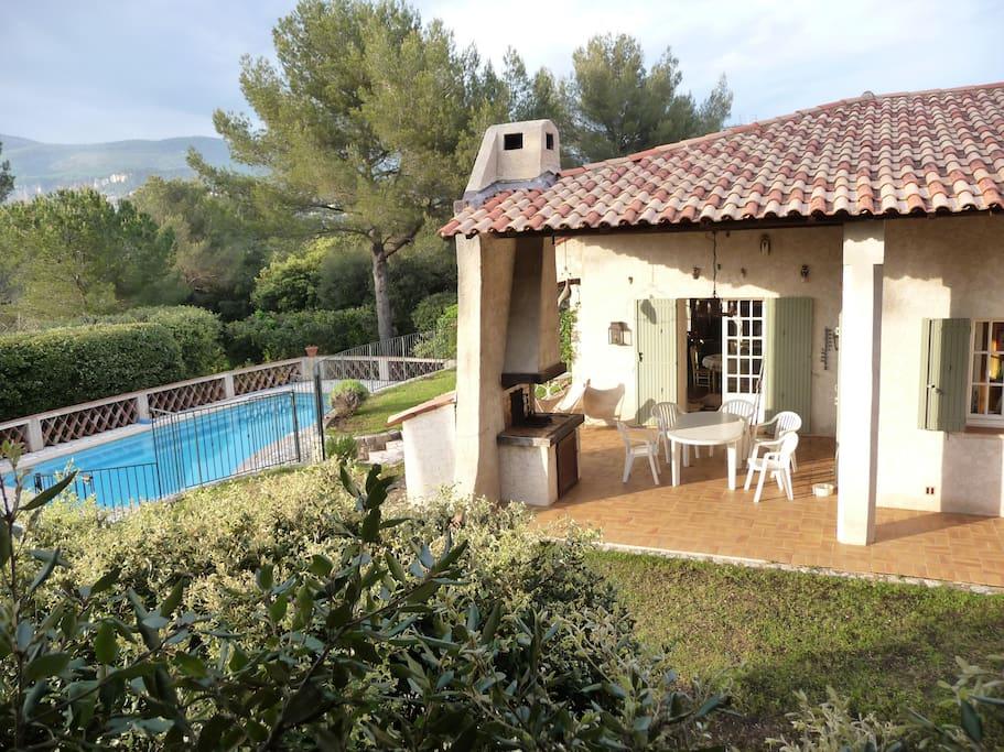 piscine & terrasse, dans environnement dégagé, calme et boisé