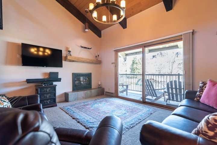 🏔Penthouse Private Deck⎮Heated Pool + Hottub WIFI