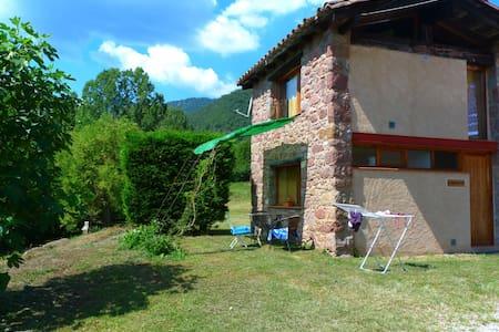 Tranquila casa de vacaciones con piscina compartida en Riudaura