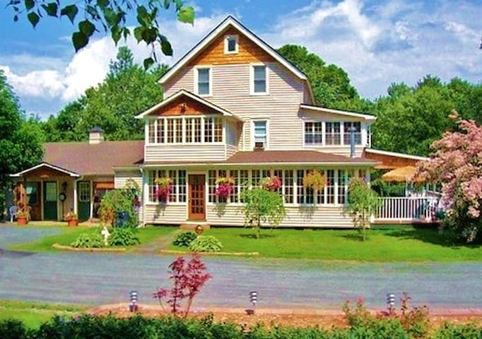Country Charm, Beautiful Inn! - Liberty - Bed & Breakfast