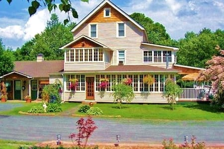 Country Charm, Beautiful Inn! - Liberty