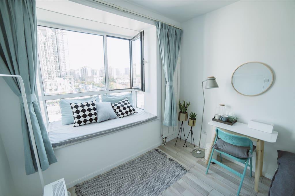 超大飘窗。可以睡一个人。卧室也有独立的工作桌可以处理事务。