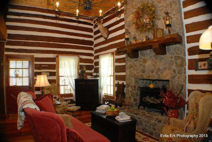 Elegant and Cozy Log Cabin at Riverview Manor - Hurt - Cabin