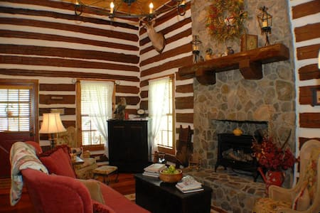 Elegant and Cozy Log Cabin at Riverview Manor - Hurt - 小木屋